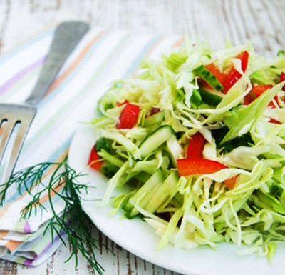Салат из капусты с огурцом и паприкой