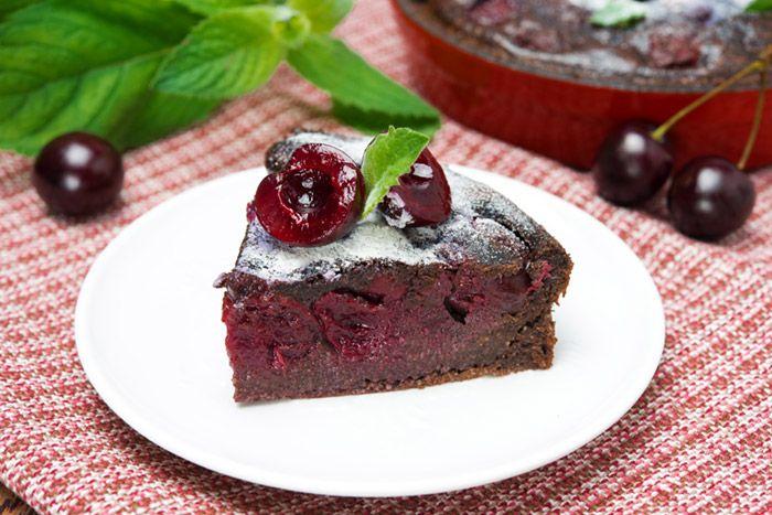 Баскский пирог с шоколадом и вишней