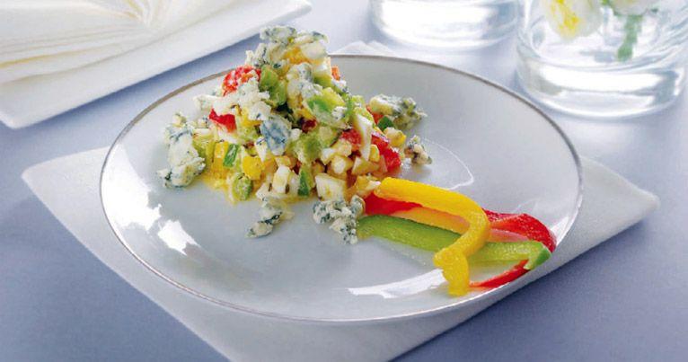 Яичный салат со сладким перцем и сыром