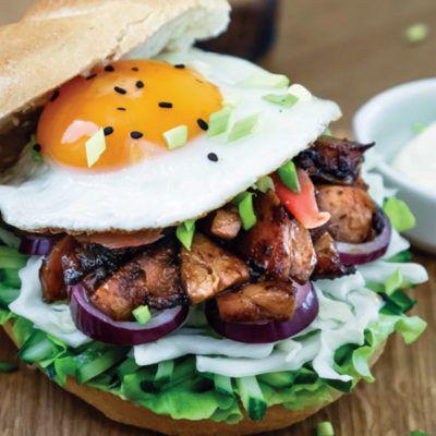 Бургер с курицей на азиатский манер
