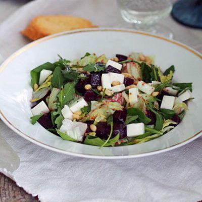 Простой салат со свеклой и козьим сыром