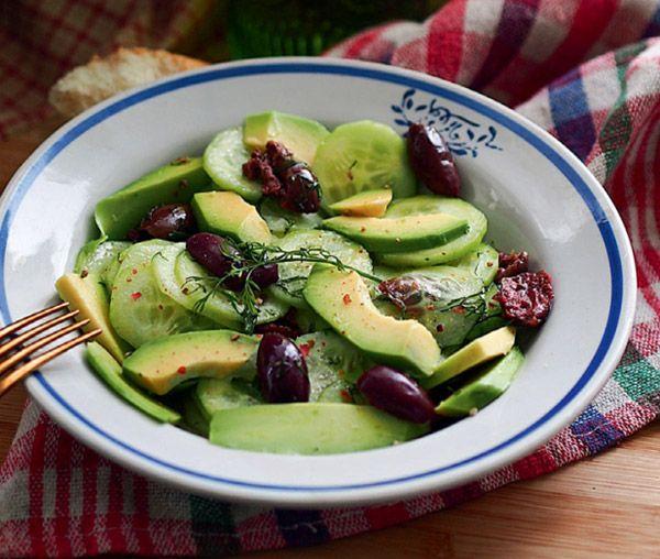Салат из авокадо с огурцом и оливками