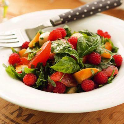 Салат из персиков и томатов с малиной и моцареллой