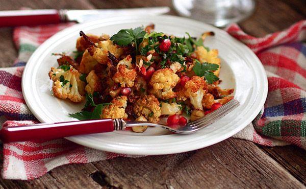 Салат из жареной цветной капусты, орехов и граната