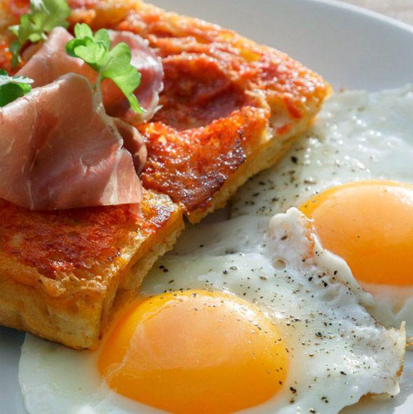 Хлеб с помидорами и яйцом